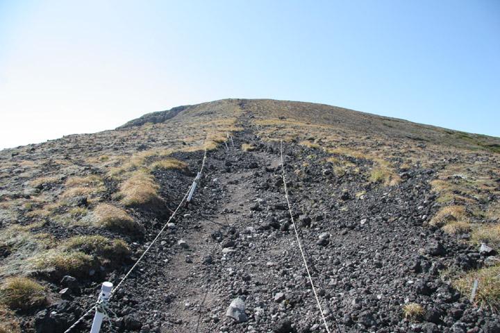間宮岳を見上げる