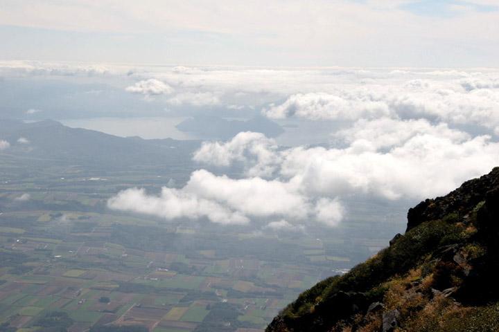 雲が低い所にあり、洞爺湖が見えます