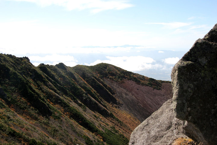 山頂横から岩場を撮ってみました
